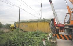Xe container bị tàu hỏa hất văng khỏi đường sắt