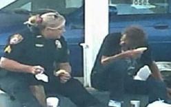 Ảnh nữ cảnh sát Mỹ ngồi bệt ăn sáng với người vô gia cư gây sốt