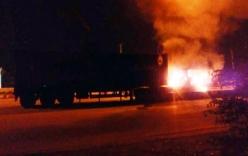 Xe container đang đi bốc cháy dữ dội ở TP.HCM