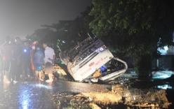 Xe khách lật ngửa trên quốc lộ, 17 người thoát chết