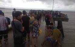 Mưa lũ ở Quảng Ninh: Người dân chen chúc bốc thăm về đất liền