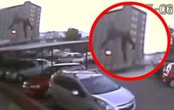 Video: Sống sót kì diệu sau khi rơi từ tầng 17