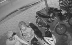 Thanh niên ngửa mặt nhìn camera an ninh rồi trộm xe Exciter