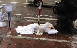 Xôn xao cô gái mặc áo dài, đeo cánh thiên thần nằm ngủ dưới gốc cây