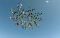 Bông hoa khổng lồ giữa trời từ 164 người nhảy dù
