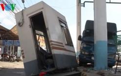 Xe tải húc văng cabin trạm thu phí, nhân viên hoảng hốt tháo chạy