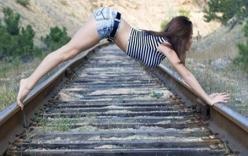 Dừng cả đoàn tàu vì một phụ nữ tắm nắng trên đường ray
