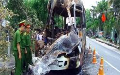 Xe khách bốc cháy dữ dội sau tai nạn giao thông