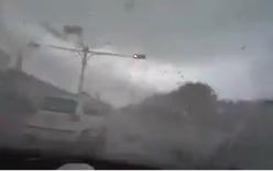 Xe hơi đang lưu thông bị gió cuốn đi trong chớp mắt