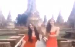 2 cô gái mặc váy ngắn, nhảy múa khêu gợi ngay trước cửa đền Thái Lan