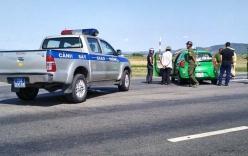 Taxi chở ma túy tông thẳng CSGT tháo chạy