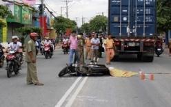 Tai nạn giao thông, chồng ôm thi thể vợ gào khóc giữa đường