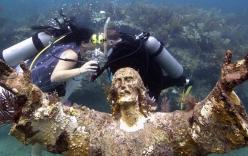 Video: Cặp đôi làm đám cưới ở bức tượng cổ dưới đáy biển