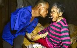 Người đàn ông đút cơm cho mẹ bằng miệng gây