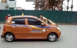 Tài xế ô tô hất CSGT lên nắp capo