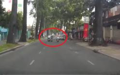 Video: Bị 2 tên cướp giật túi xách, người phụ nữ ngã xuống đường