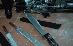 Bắt giữ nhiều kiếm sắt, dao găm nhập lậu
