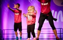 Bé gái 6 tuổi mắc bệnh suy tủy nhảy Zumba điêu luyện