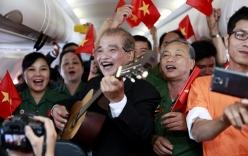 NSND Trần Hiếu hào hứng hát trên máy bay