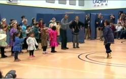 Tổng thống Obama nhảy múa cùng trẻ em Alaska