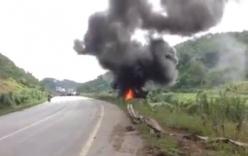 Video: Xe đầu kéo bốc cháy ngùn ngụt sau khi lao xuống đường sắt