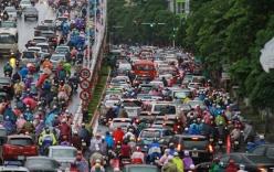 Hà Nội: Người dân chật vật đến công sở trong mưa lớn