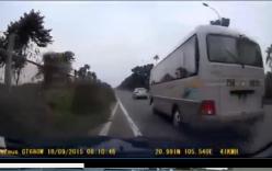 Xe 4 chỗ suýt đâm vào bụi rậm, vì bị xe khách cố tình chèn ép