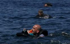 Khủng hoảng nhập cư châu Âu: Cha con tị nạn Syria chới với trên biển