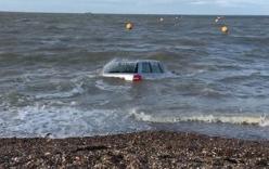 Video: Thủy triều cuốn trôi siêu xe Audi A6