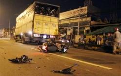 Xe máy va chạm với hai xe tải, một thiếu nữ tử vong