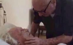 Video cụ ông 92 tuổi hát tình ca bên giường vợ