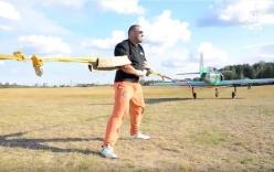 Video: Lực sĩ dùng tay không ngăn hai máy bay cất cánh