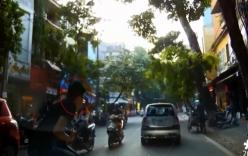 Hà Nội: Nam thanh niên tranh đường mắc kẹt trước đầu Mercedes
