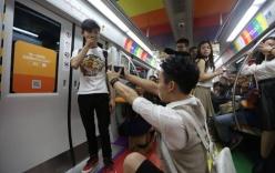 Video chàng trai quỳ gối cầu hôn người yêu đồng tính trên tàu điện ngầm