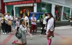 Video: Màn cầu hôn của cặp đôi đồng tính nữ xinh đẹp giữa phố