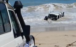 Video: Bị cảnh sát truy đuổi, tên trộm lao ô tô xuống biển