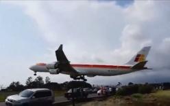 Video: Hoảng hồn phi cơ chở 350 khách bay sượt qua ô tô
