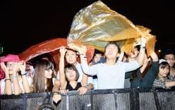 Khán giả đội mưa cổ vũ cho Moonson
