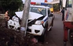 Truy đuổi 2 tên trộm chó, xe CSGT tông vào cột điện