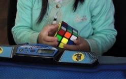 Bé gái 3 tuổi hoàn thành khối rubik chỉ trong vòng 47 giây