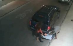 Hai phụ nữ khống chế, cướp ví và điện thoại của người đàn ông
