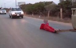 IS buộc tù nhân vào sau xe tải, kéo lê đến chết