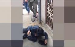 Nam thanh niên khóc lóc, chắp tay vái lạy vì bị nghi ăn trộm