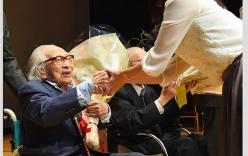 Cụ ông nhận bằng tốt nghiệp đại học lúc 100 tuổi