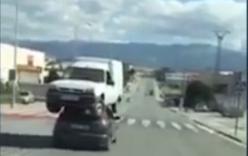 Hai ôtô cõng nhau bon bon chạy trên phố