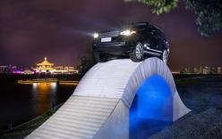 Lạ mắt với xe sang chạy trên cầu làm bằng… giấy