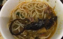 Rùng mình chuột chết nằm trong nồi lẩu ở nhà hàng Sài Gòn