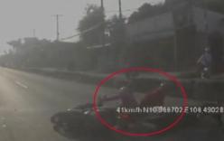 Video: Chạy xe máy sai làn, thanh niên quay đầu trốn CSGT gây tai nạn