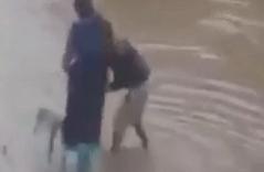 Clip chồng bắc ghế cho vợ qua đường trong mưa lũ gây