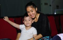 Fan thích thú với clip con trai Lê Phương vừa hát vừa chăm sóc mẹ